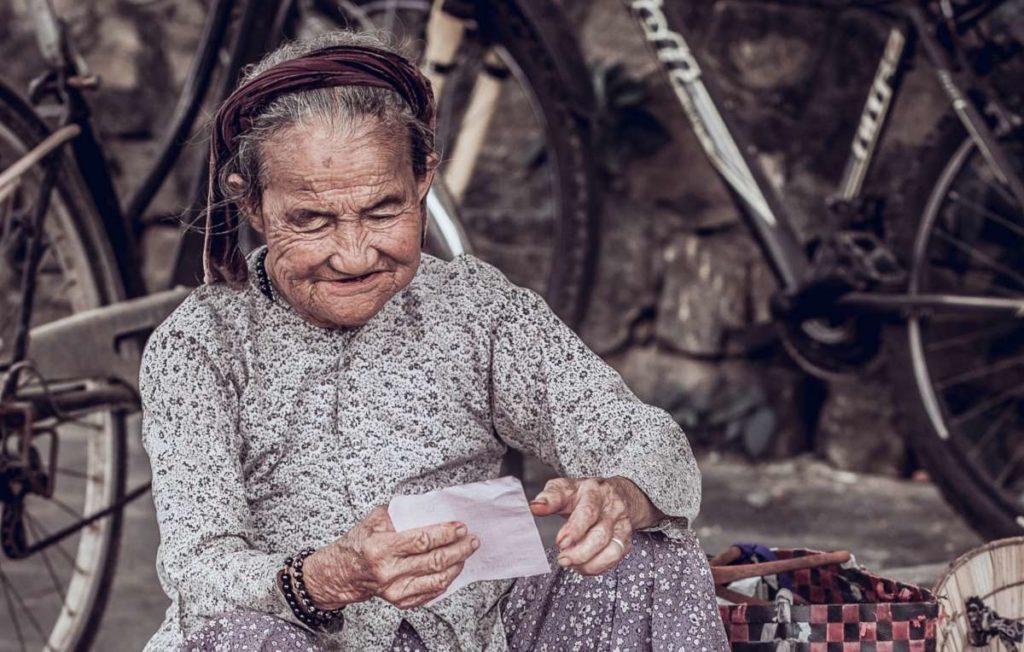 Oudere, glimlachende vrouw