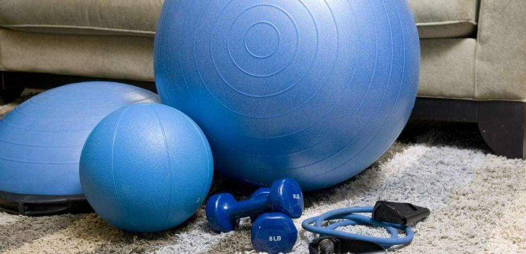 het is de juiste tijd om fitnessbenodigdheden te gebruiken om thuis te oefenen.
