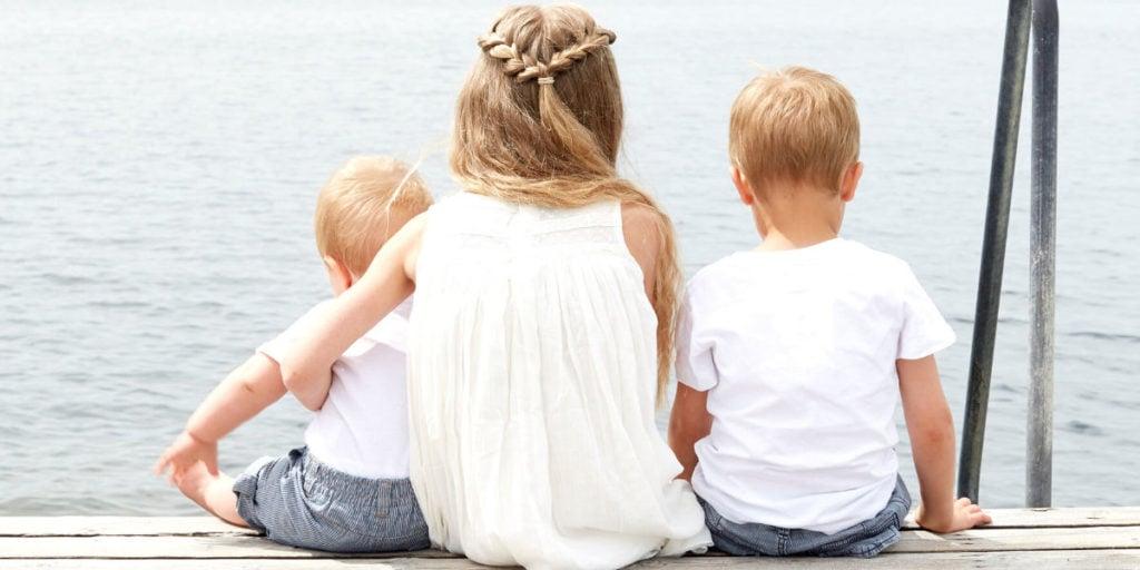 Kinderen brengen buiten tijd door